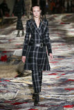En modell går landningsbanan under Alexander McQueen som planläggs av den Sarah Burton showen som delen av den Paris modeveckan Royaltyfria Bilder