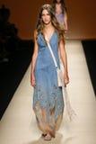 En modell går landningsbanan under den Alberta Ferretti showen som en del av Milan Fashion Week Arkivbild