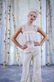 En modell går landningsbanan under den brud- samlingen för Elizabeth Fillmore Fall /Winter 2016 sömnader royaltyfria bilder