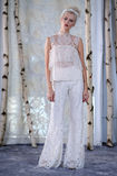 En modell går landningsbanan under den brud- samlingen för Elizabeth Fillmore Fall /Winter 2016 sömnader royaltyfri foto