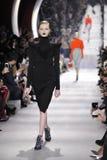 En modell går landningsbanan under den Christian Dior showen Arkivfoton