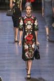 En modell går landningsbanan under den Dolce och Gabbana showen arkivfoton