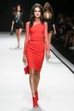 En modell går landningsbanan under den Elisabetta Franchi modeshowen Royaltyfri Foto