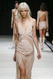 En modell går landningsbanan under den Elisabetta Franchi modeshowen Royaltyfri Bild
