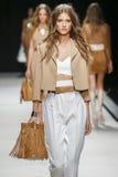 En modell går landningsbanan under den Elisabetta Franchi modeshowen Fotografering för Bildbyråer