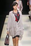 En modell går landningsbanan under den Giorgio Armani modeshowen arkivfoto