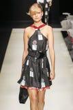En modell går landningsbanan under den Giorgio Armani modeshowen Royaltyfri Fotografi