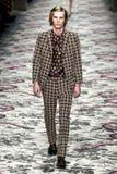 En modell går landningsbanan under den Gucci showen arkivbilder