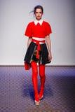 En modell går landningsbanan under Olympia Le - solbränd show Royaltyfria Bilder