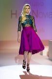 En modell går landningsbanan under 14th expobröllop för modeshowen Arkivfoto