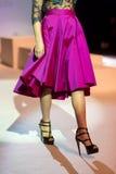 En modell går landningsbanan under 14th expobröllop för modeshowen Royaltyfri Foto