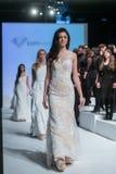 En modell går landningsbanan under 14th expobröllop för modeshowen Royaltyfria Foton
