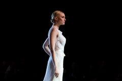 En modell går landningsbanan under 14th expobröllop för modeshowen Royaltyfri Bild