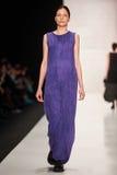 En modell går på den Lena Tsokalenko catwalken Royaltyfria Foton