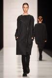 En modell går på den Lena Tsokalenko catwalken Arkivbild