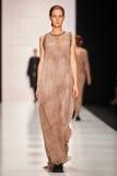 En modell går på den Lena Tsokalenko catwalken Arkivfoton