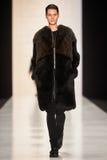 En modell går på den Lena Tsokalenko catwalken Arkivbilder