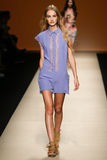En modell går landningsbanan under den Alberta Ferretti showen som en del av Milan Fashion Week Royaltyfri Bild