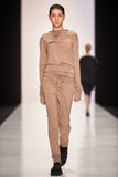 En modell går på den Lena Tsokalenko catwalken Royaltyfri Fotografi