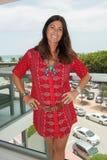 En modell poserar i Sensi kräver formgivarebaddräkt under hängmattamodepresentationen Royaltyfri Fotografi