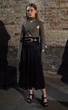 En modell poserar på landningsbanan på den Beaufille presentationen Royaltyfria Bilder