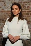 En modell poserar på landningsbanan på den Beaufille presentationen Fotografering för Bildbyråer