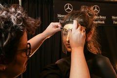 En modell som i kulisserna får klar på modeshowen för FTL Moda under MBFW-nedgången 2015 Royaltyfri Bild