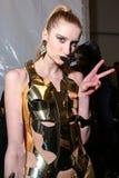 En modell som i kulisserna poserar på modeshowen för FTL Moda under MBFW-nedgången 2015 Arkivbilder