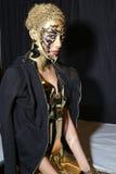 En modell som i kulisserna poserar på modeshowen för FTL Moda under MBFW-nedgången 2015 Royaltyfria Foton