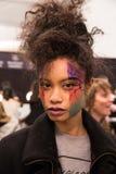 En modell som i kulisserna poserar på modeshowen för FTL Moda under MBFW-nedgången 2015 Royaltyfri Fotografi