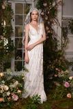 En modell som poserar under Claire Pettibone Four Seasons Collection, ställer ut Arkivbild