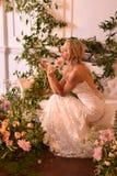 En modell som poserar under Claire Pettibone Four Seasons Collection, ställer ut Arkivfoto