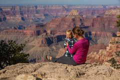 En moder med behandla som ett barn sonen i den Grand Canyon nationalparken, den norr kanten, Arizona, USA arkivfoton