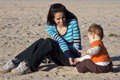 En moder och en son på stranden royaltyfria foton