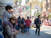 En moder och ett barn som tycker om den 40th årliga Carnaval tusen dollar Parad Arkivbilder