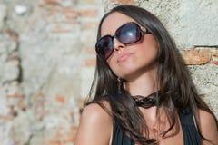 En moderiktig flicka för brunett Arkivfoton