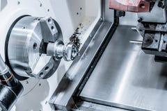 En modern CNC som bearbetar med maskin mitten, bearbetar delen Arkivfoto
