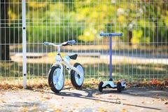 En modern cykel bredvid en modern sparkcykel Arkivbilder