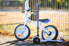 En modern cykel bredvid en modern sparkcykel Royaltyfria Foton