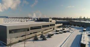 En modern fabriks- eller reklamfilmbyggnad, yttersidan av en modern fabrik eller växt, byggnadsfasad och bilparkering stock video