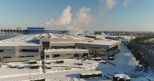 En modern fabriks- eller reklamfilmbyggnad, yttersidan av en modern fabrik eller växt, byggnadsfasad och bilparkering arkivfilmer