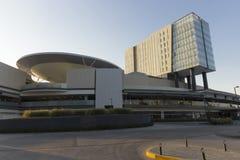 En modern köpcentrum och ett hotell i den Queretaro staden royaltyfri bild