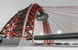 En modern röd kabel-bliven bro över Royaltyfri Bild