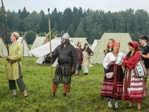 En modern rekonstruktion av den forntida striden av de slaviska stammarna i den femte festivalen av historiska klubbor i det Zhuk Royaltyfri Foto