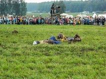 En modern rekonstruktion av den forntida striden av de slaviska stammarna i den femte festivalen av historiska klubbor i det Zhuk Arkivfoto