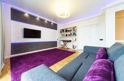 En modern vardagsrum med nattljus Arkivbild