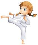 En modig flicka som gör karate Royaltyfri Foto