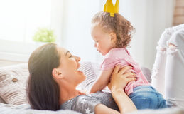 En moeder en dochter die spelen koesteren Royalty-vrije Stock Foto's