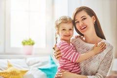 En moeder en dochter die spelen koesteren Stock Fotografie