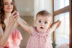 En moeder en kind die spelen lachen stock fotografie